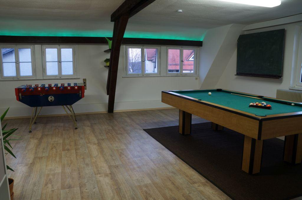 Aufenthaltsraum im Kinder- und Jugendbüro Haigerloch mit Tischkicker und Billiard-Tisch