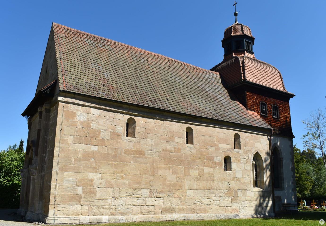 Anblick auf die Weiler Kirche von außen bei blauem Himmel
