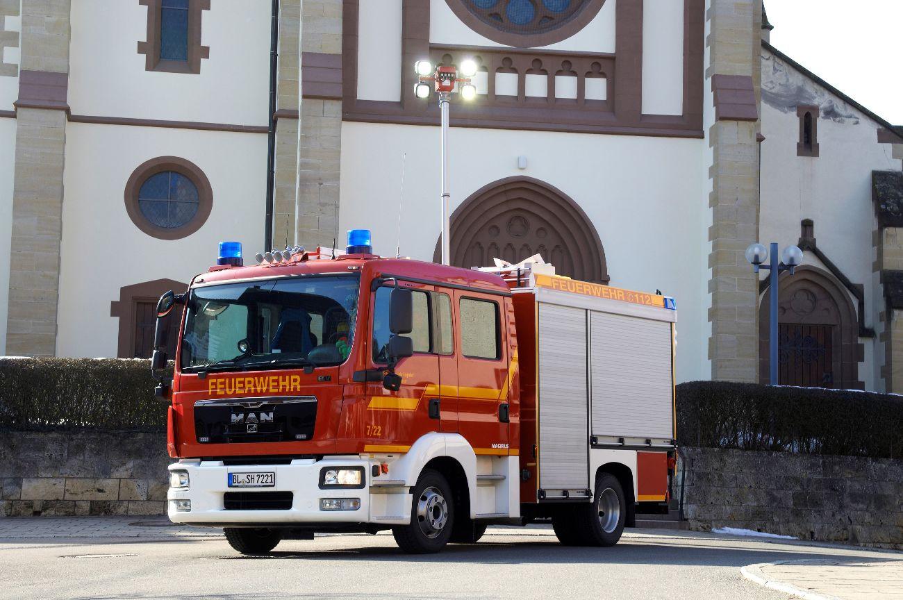 Feuerwehr Auto Stetten im Hintergrund ist die Kirche zu sehen