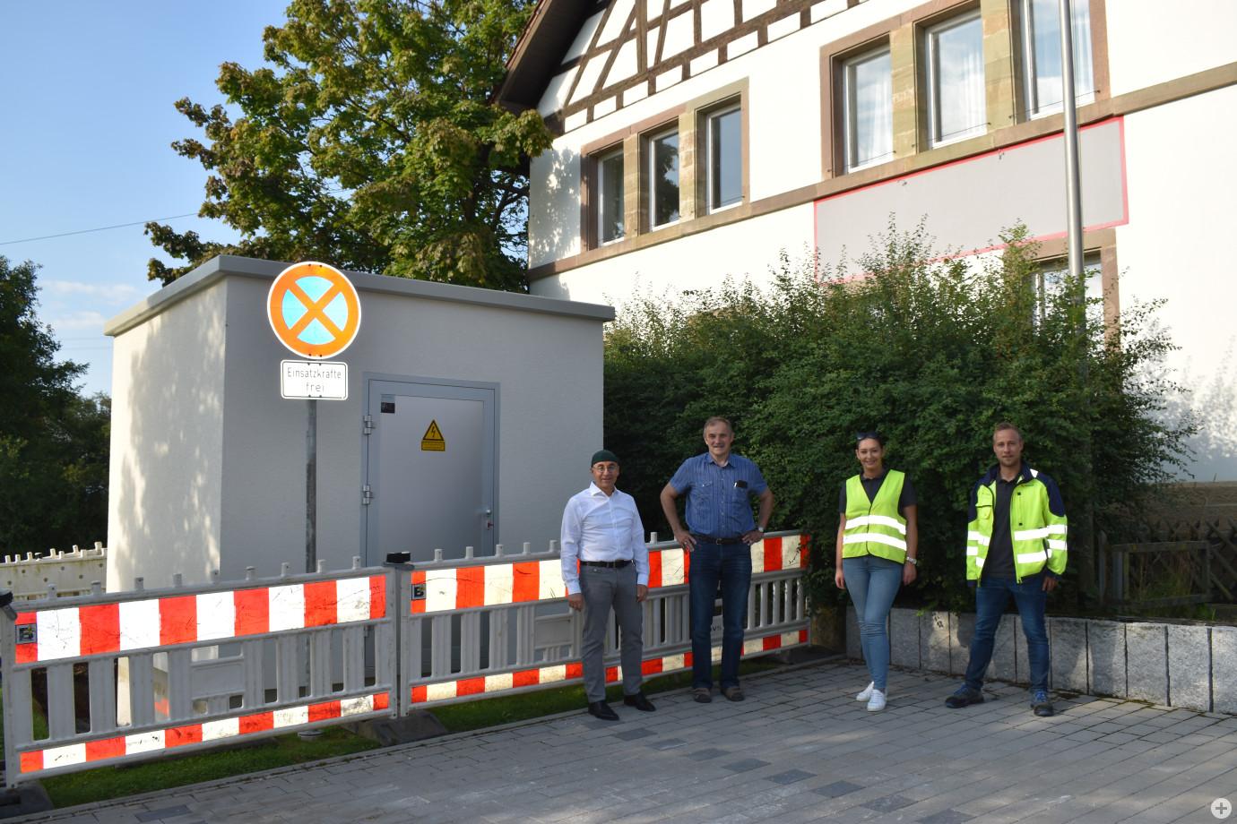 Aufstellung des ersten PoPs in Hart mit Herrn Bürgermeister Dr. Götz, Herrn Dr. Bieger und Vertreter der Netze BW