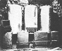 Historisches Bild von drei Tanks für das Schwere WasserTanks für das Schwere Wasser